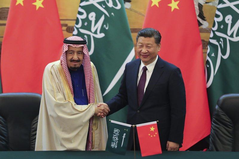 沙烏地阿拉伯國王薩勒曼(左)與中國國家主席習近平(右)(AP)