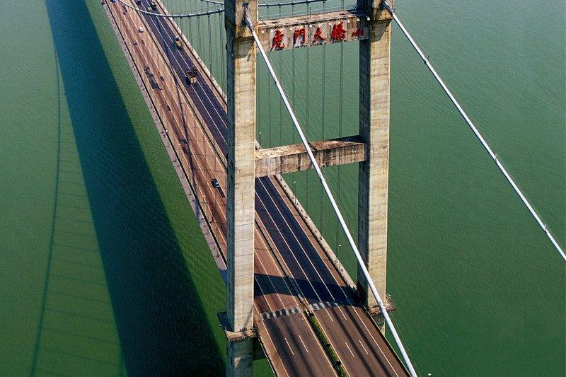 中國虎門大橋在沒有地震和颱風的情況下,橋面版發生明顯的上下起伏波浪式晃動。(新華社)