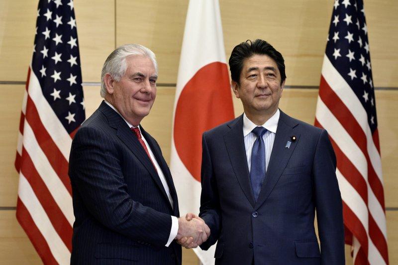 美國國務卿提勒森訪問日本,會晤日本首相安倍晉三(AP)