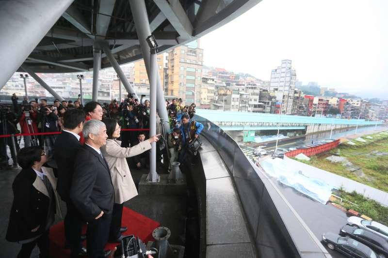 總統蔡英文表示,基隆輕軌系統將可以透過連接高鐵、台鐵、北捷、機捷等系統,將空港、海港連成一線,打通北北基桃的生活圈。(總統府提供)