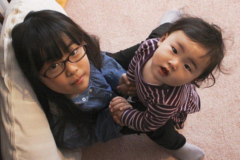 孩子們對於父母的依賴,是極度龐大且重要的。(圖/MIKI Yoshihito@flickr)