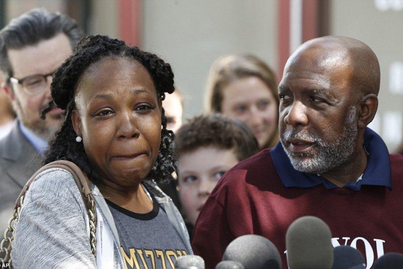 威爾森(Andrew Leander Wilson,圖右)坐了整整32年的冤獄,現在被釋放後,只想大吃牛排,把剩下的時間拿來好好跟家人相處。(AP)