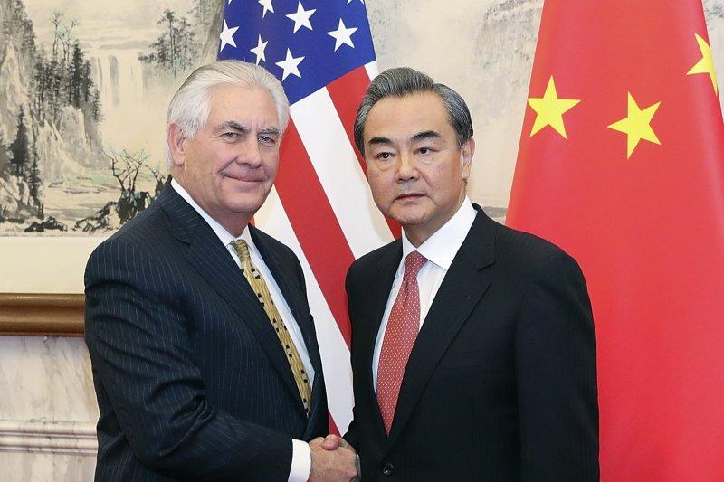 美國國務卿提勒森(左)與中國外交部長王毅(右)。(美聯社)