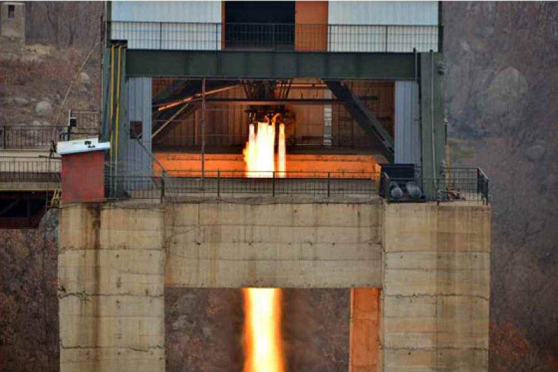 北韓最高領導人、勞動黨委員長金正恩18日參觀了新型大功率火箭發動機地面點火試驗(勞動新聞)