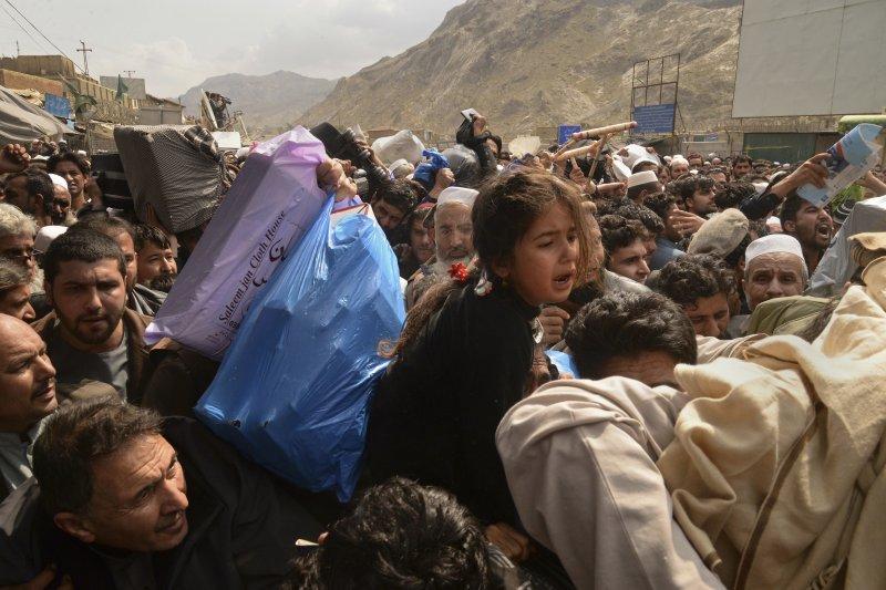 被巴基斯坦「送回家」的阿富汗難民,反而在家鄉成了真正的「難民」(AP)