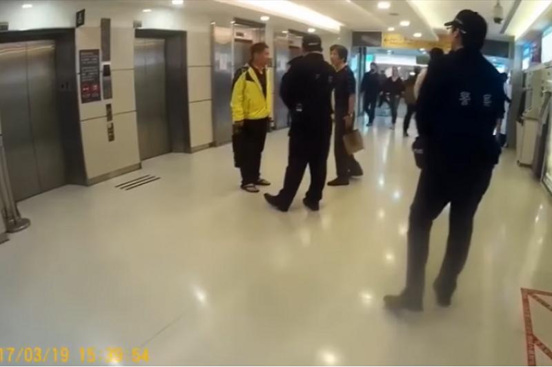 一個人被要求給警察看他的證件,這真的不算什麼...(警方影片截圖)