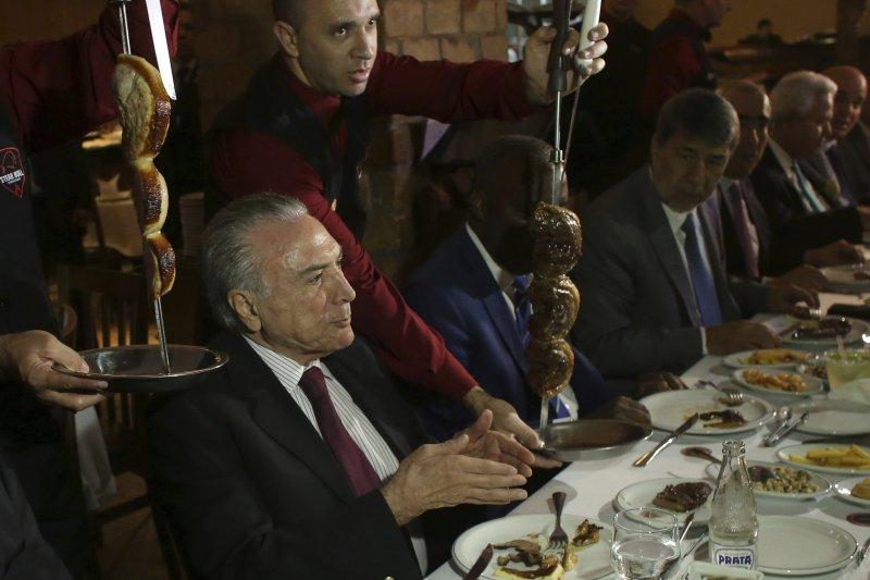 巴西打貪爆出臭肉門事件,總統特梅爾宴請各國大使吃烤肉消除疑慮(AP)