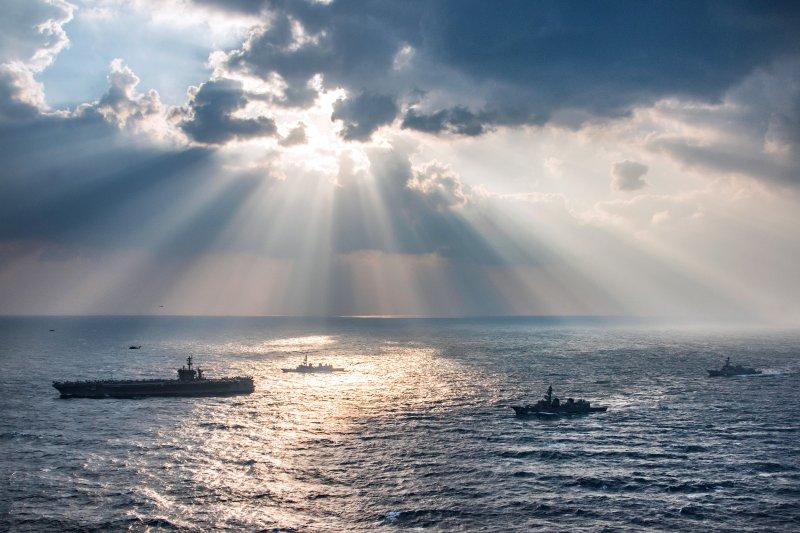 美國航空母艦卡爾文森好9日與自衛隊的高波級、村雨級護衛艦在東海進行聯合軍演。(美國太平洋司令部Flickr)