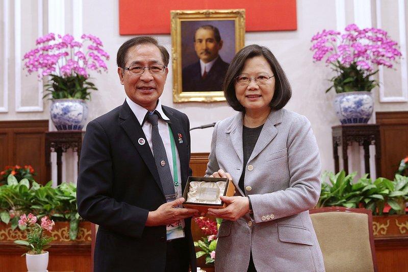 3月16日總統蔡英文接見「亞洲台灣商會聯合總會訪問團」一行,並相互贈禮。(總統府提供)