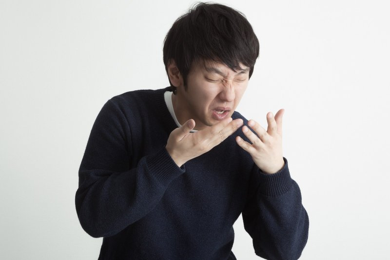 「咳嗽」是氣管的保護反應,若長期咳不停,會對健康有不良影響。(圖/すしぱく@pakutaso)