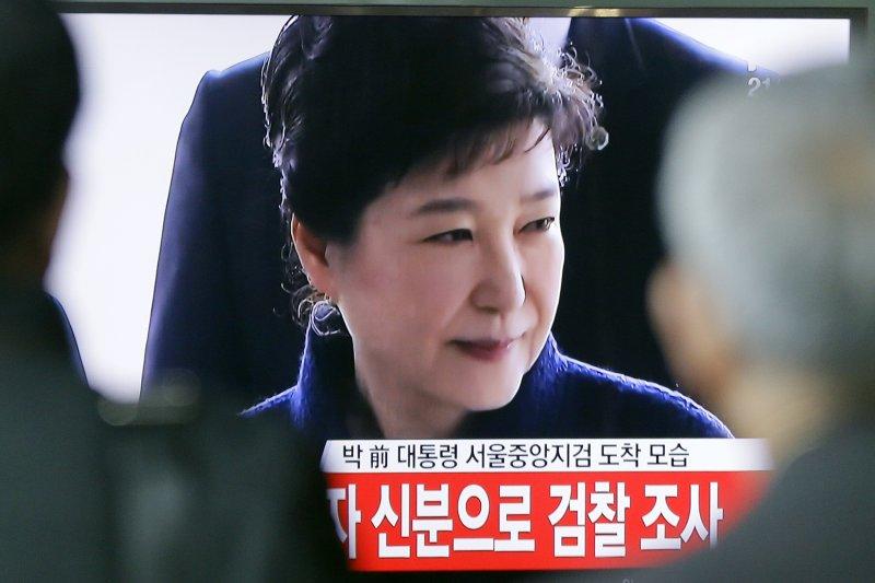 南韓前總統朴槿惠遭國會彈劾、憲法法院解職,今日前往檢察廳應訊。(AP)
