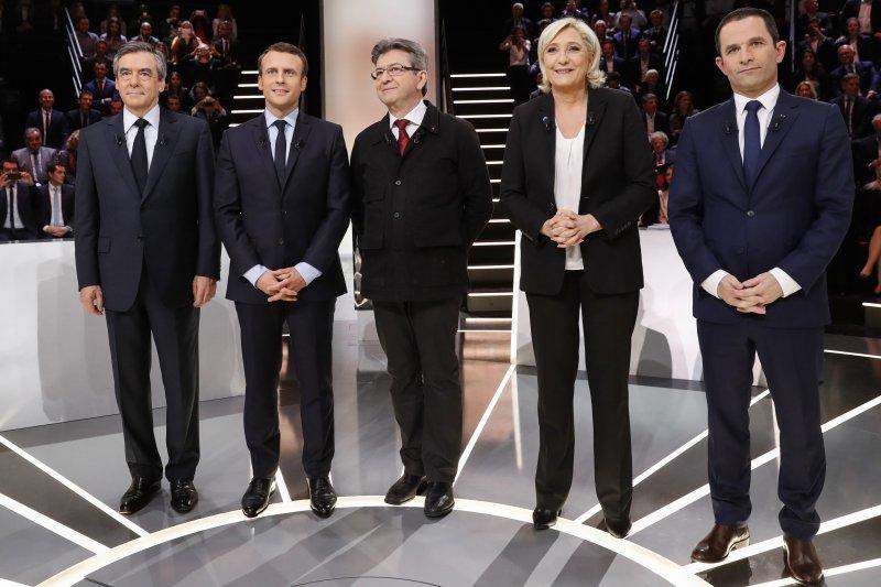 2017法國總統大選:首場電視辯論,由左而右為費雍、馬克宏、梅蘭雄、勒潘與阿蒙(AP)