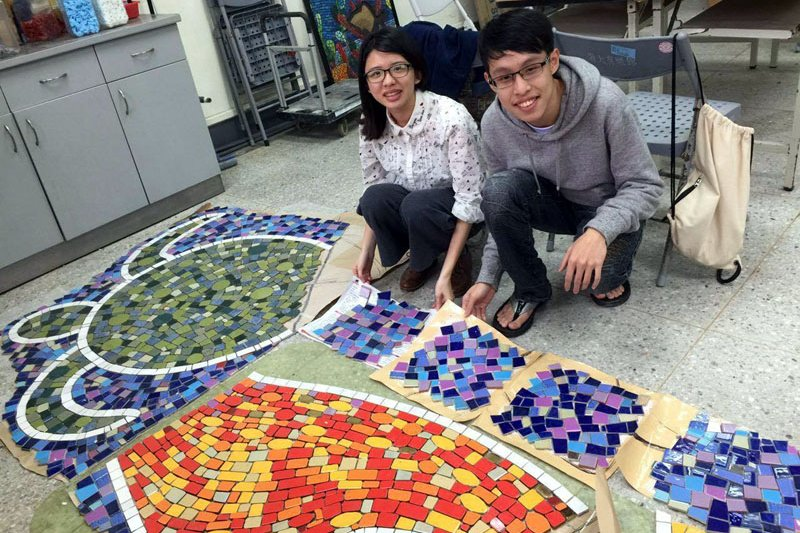 馬賽克拼貼藝術創作,前期作業在海大進行。(圖/海洋大學提供)