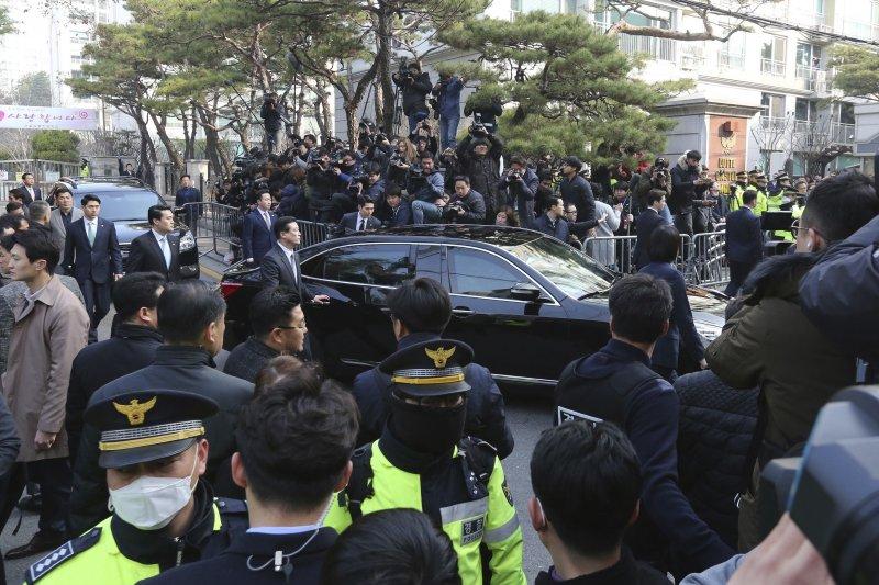 朴槿惠坐上檢方的公務車,準備前往首爾中央地方檢察廳應訊。(美聯社)