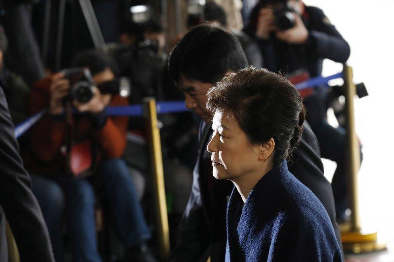 南韓前總統朴槿惠21日赴首爾中央地方檢察廳應訊。(美聯社)