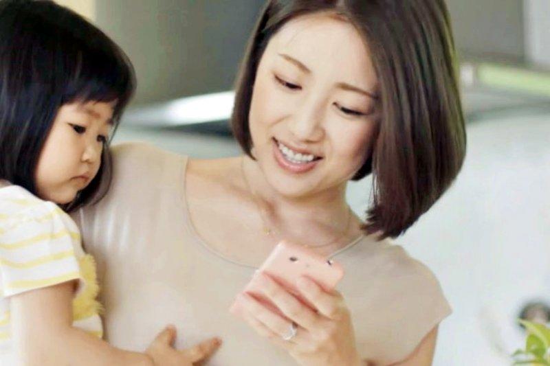 當孩子認真的和我說話時,我會抱著他,謝謝他願意和我分享。(示意圖翻攝自youtube)