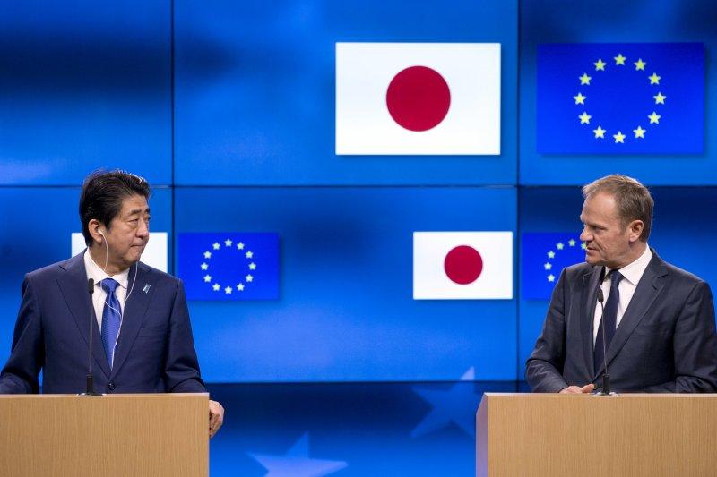 歐洲理事會主席圖斯克(右)與到訪的日本首相安倍晉三舉行記者會(AP)