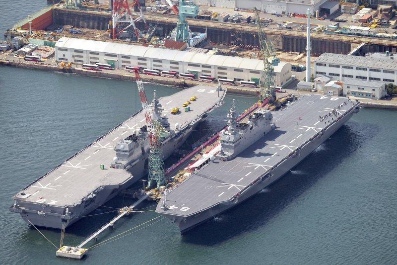 日本海上自衛隊兩艘出雲級護衛艦:左為出雲號、右為加賀號。(美聯社)