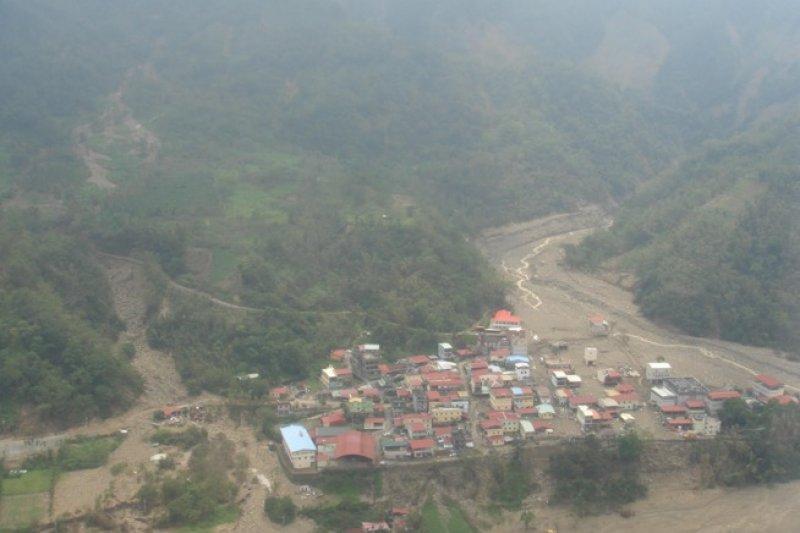 2009年莫拉克颱風,直昇機空拍南沙魯里土石流災情。(取自農委會水保局).jpg