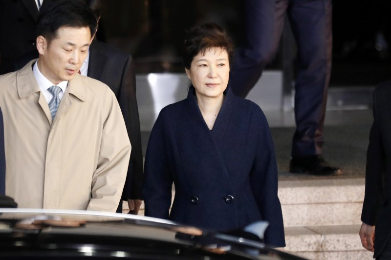 朴槿惠22日上午搭乘離開檢察廳。(美聯社)