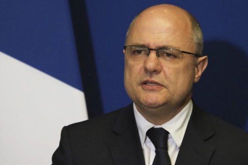 51歲的法國內政部長勒魯被指在2009年至2016年擔任議員期間,雇用自己未成年的兩個女兒,領取總額高達5.5萬歐元的酬勞。(BBC中文網)