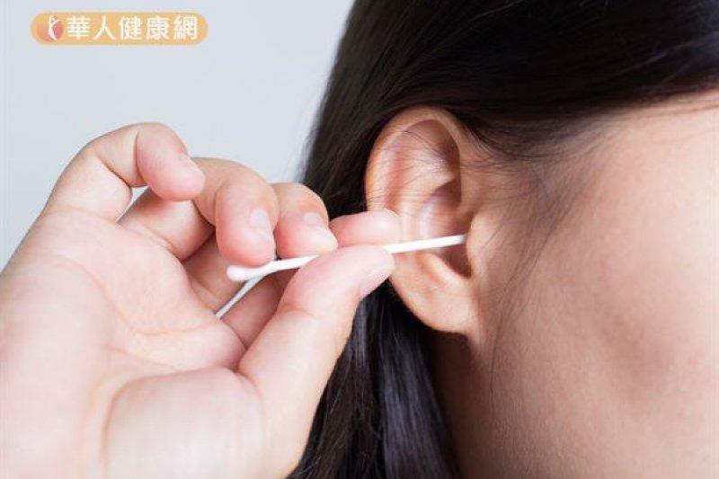 一個小小的掏耳朵動作,其實暗藏許多危機。該不該自己動手挖耳朵?讓醫師來解答吧!(圖/華人健康網提供)