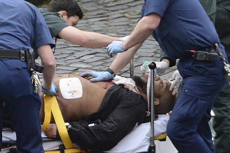英國國會22日驚傳恐怖攻擊,造成多人死傷,據信這名傷患就是恐怖分子,後來傷重死亡(AP)