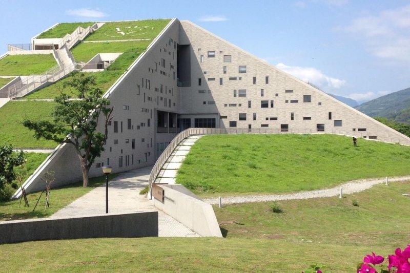 台東大學圖書資訊館像一座金字塔形的山,正被國際知名建築師網站architizer.com介紹世界8個有特色的圖書館(8 Unique National Libraries Across the World)之首。(取自台東圖書館官網)