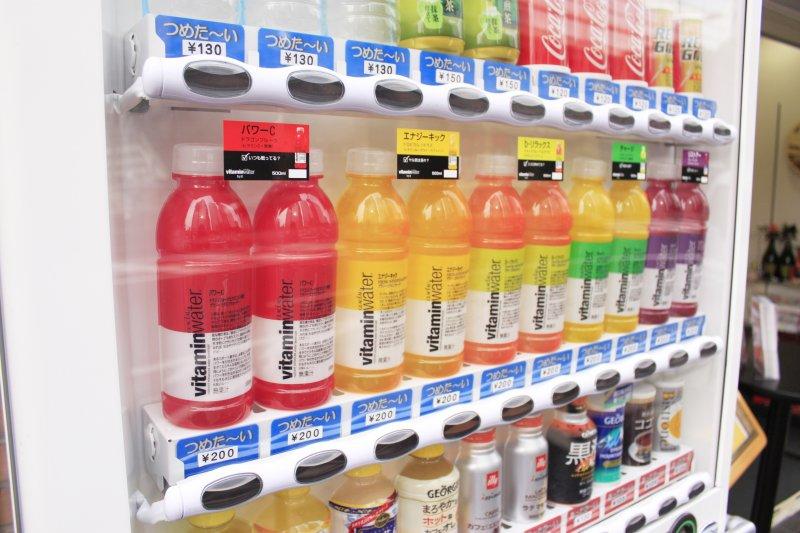 日本的販賣機除了賣飲料,還有許多令人吃驚的商品啊!(圖/POHAN CHEN@Flickr)