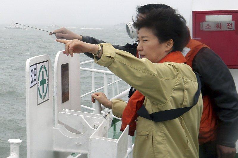 時任南韓總統的朴槿惠在2014年4月17日搭乘視察世越號沈沒地點。(美聯社)