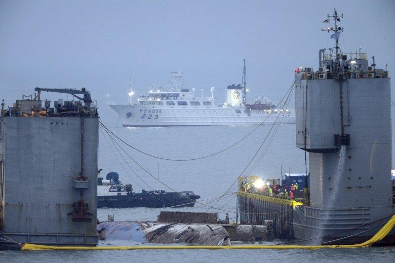 在打撈團隊的努力下,世越號部分船體終於在23日露出水面。(美聯社)