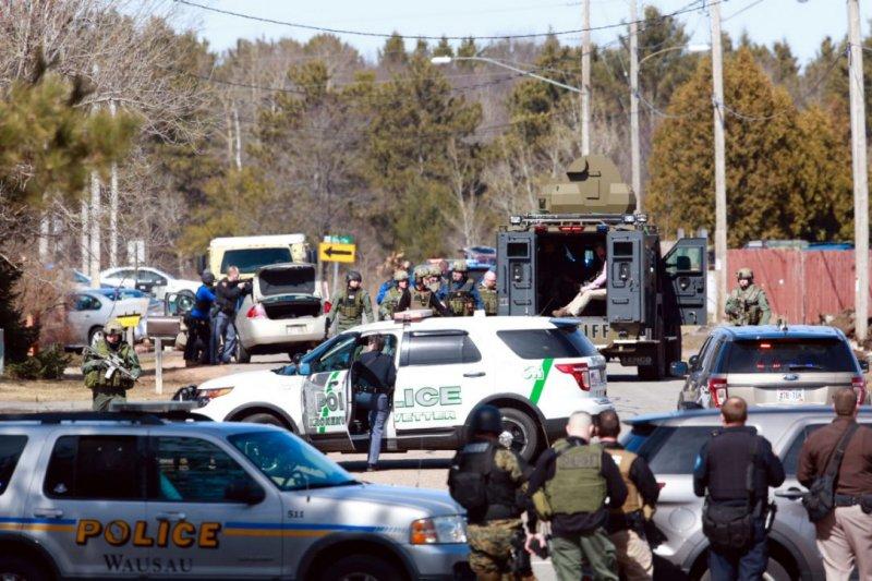 美國威斯康辛州韋斯頓鎮的艾斯本街公寓發生槍擊案,大批警力趕抵現場(AP)
