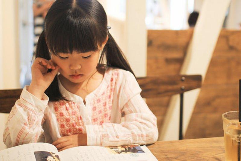 爸爸先帶孩子領略學習的方法和學習樂趣,營造有利於學習的環境才是重點。(圖/MIKI Yoshihito@flickr)