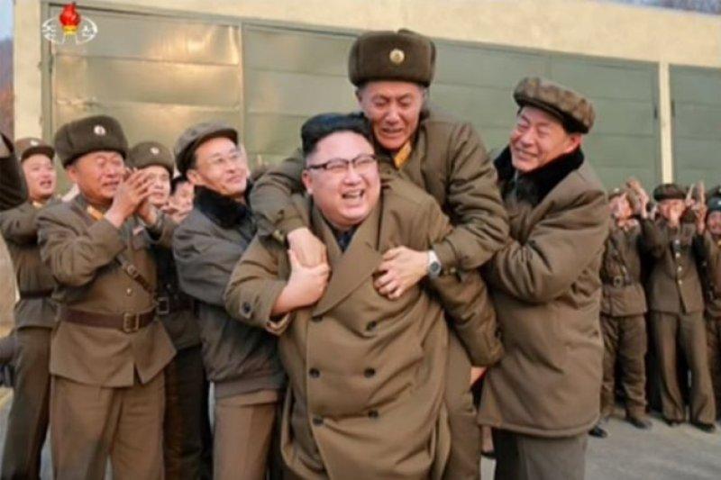 金正恩讓這位上了年紀的軍官爬上他的背,這位軍官甚至流下喜極而泣的淚水。(BBC中文網)