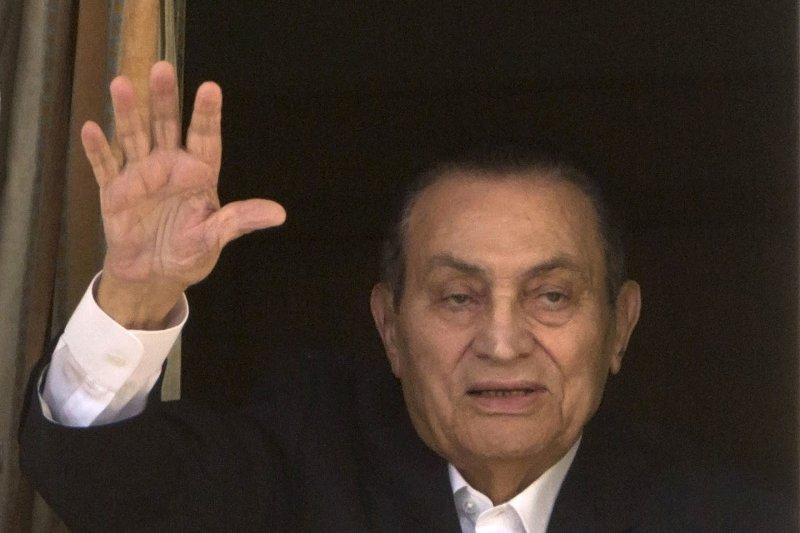 在「阿拉伯之春」風潮中垮台、陷身囹圄的埃及前總統穆巴拉克(Hosni Mubarak),3月24日獲釋離開醫院(AP)