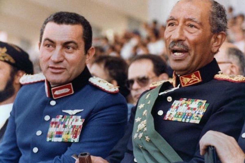 1981年穆巴拉克(左)與總統沙達特出席閱兵典禮,同日沙達特遭暗殺,穆巴拉克繼任。(美聯社)