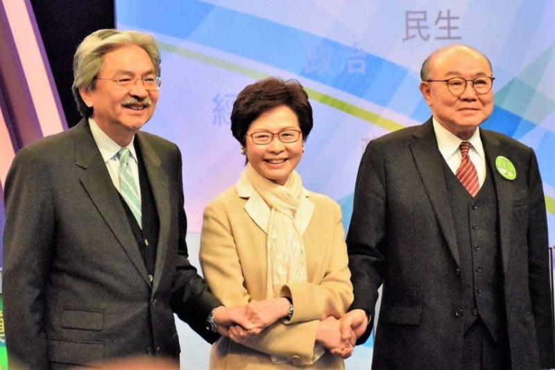 2017年3月14日,三名香港特首選舉候選人曾俊華(左起),林鄭月娥及胡國興出席電視辯論。(美國之音)