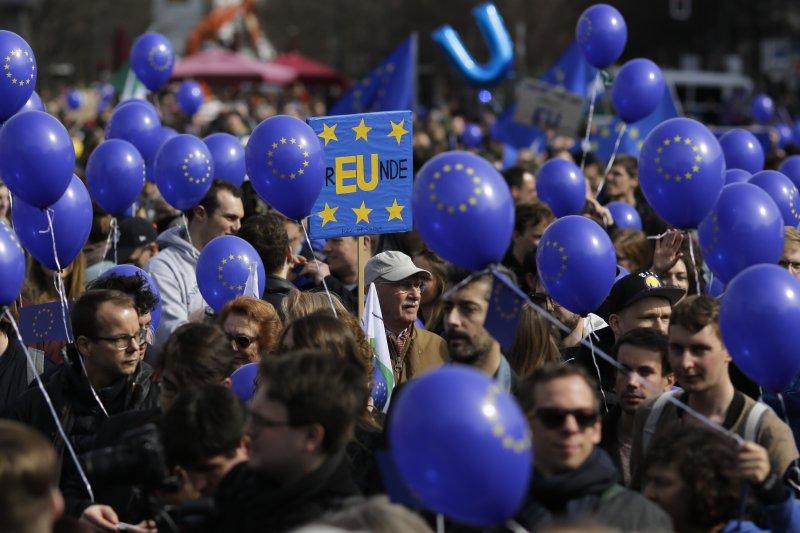 波蘭民眾走上街頭,慶祝《羅馬條約》簽署60週年(AP)