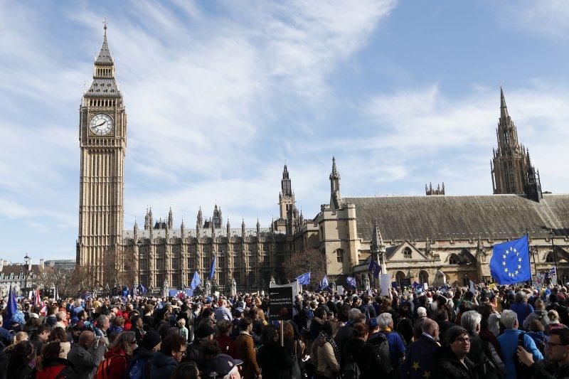 英國倫敦數千民眾25日走上街頭,抗議英國脫歐(AP)