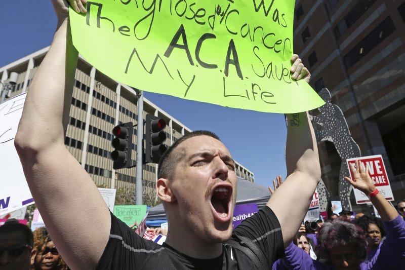 洛杉磯一位血癌患者上街抗議,反對川普廢除「歐巴馬健保」,因為《平價醫療法案》(ACA)救了他一命。(美聯社)