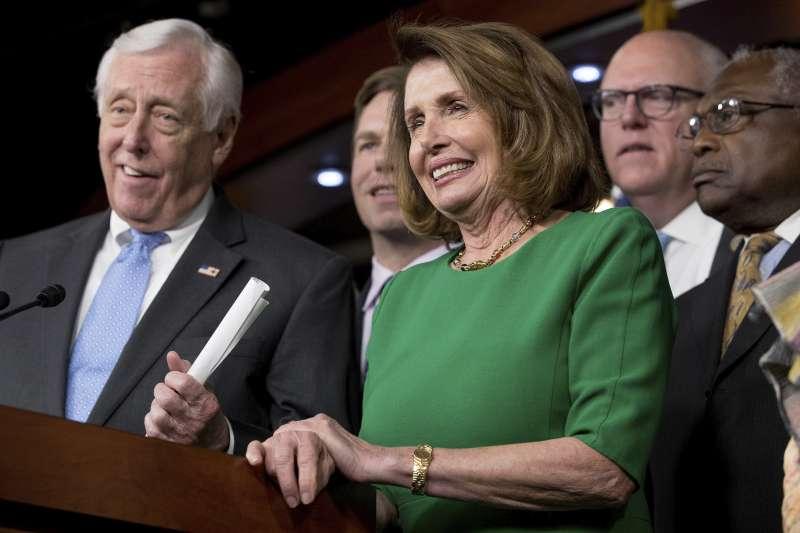 眾院少數黨領袖裴洛西(右)認為,川普在廢除「歐巴馬健保」上的挫敗是「美國人的勝利」。(美聯社)