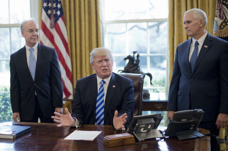 在副總統彭斯與衛生與公共服務部部長普萊斯的陪同下,川普向媒體說明撤回俗稱「川普健保」的《美國醫療法案》。(美聯社)