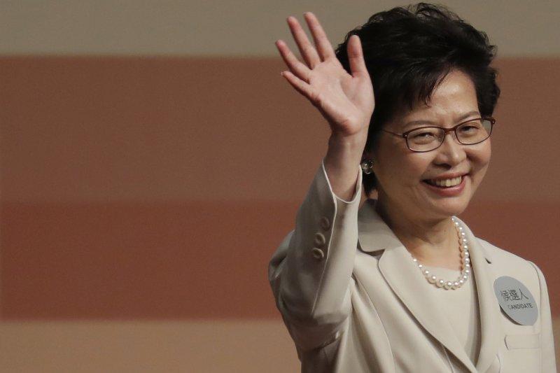 新任香港行政特區行政首長(香港特首)林鄭月娥,在當選後向支持者揮手致意。(AP)