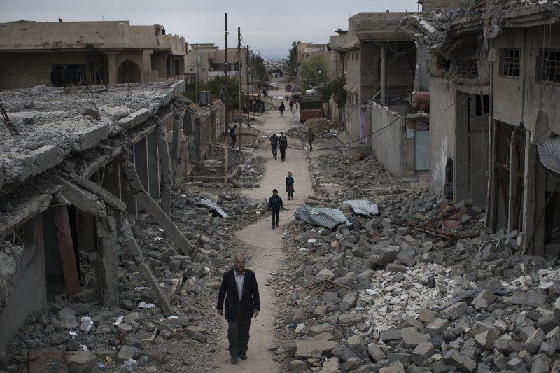 經過空襲後的摩蘇爾只剩斷垣殘壁。(美聯社)