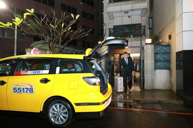2017-03-26-台北市長柯文哲率團出訪東南亞-凌晨搭計程車前往台北車站-取自柯文哲臉書