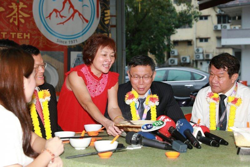 台北市長柯文哲25日扺達吉隆坡,並品嘗了知名的肉骨茶。(台北市政府提供)