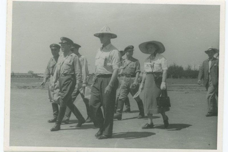 《意外的國度:蔣介石、美國、與近代台灣的形塑》配圖。柯克(前排右)與孫立人(前排中)在南台灣某軍事基地,約1950 年。(胡佛檔案館提供)