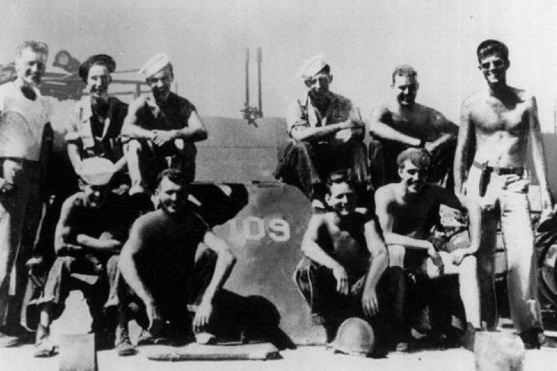 甘迺迪(右一)在二戰期間在美國海軍服役,退役後作為記者遊歷歐洲。(圖取自BBC中文網)
