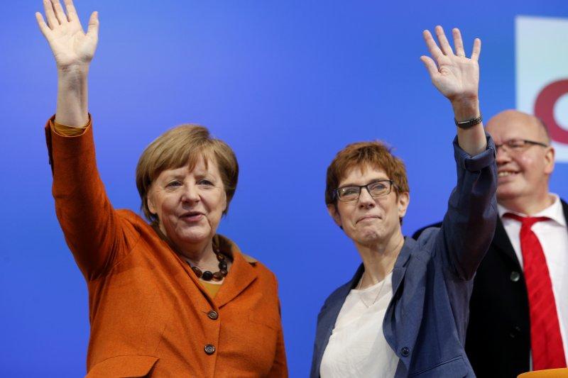 德國總理梅克爾23日為克拉姆普.卡倫鮑爾站台(AP)