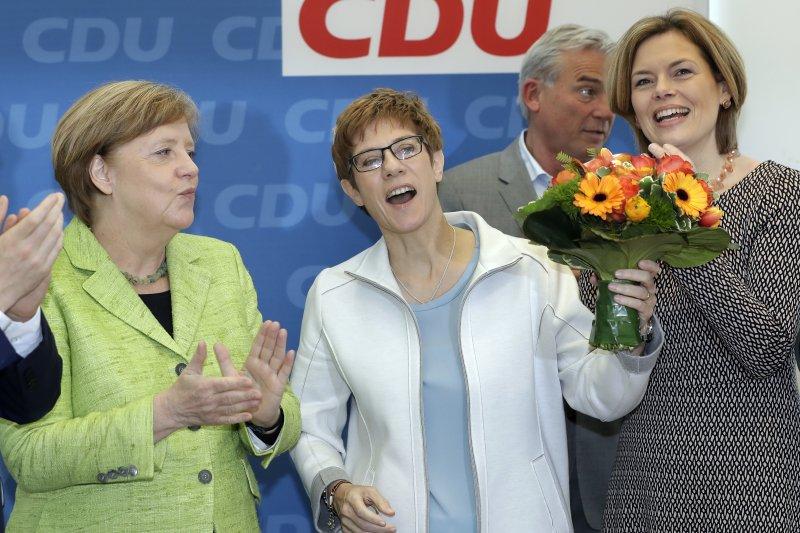 基民盟在薩爾邦地方選舉開出紅盤,德國總理梅克爾難掩喜色,並為基民盟候選人克拉姆普.卡倫鮑爾的勝利鼓掌(AP)